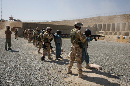 Mentors supervise Afghan policemen trainees