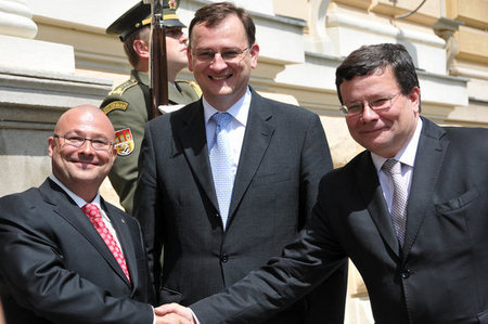 Outgoing Minister Bartak, Prime Minister Necas and new Minister Vondra in front of the defence ministry building