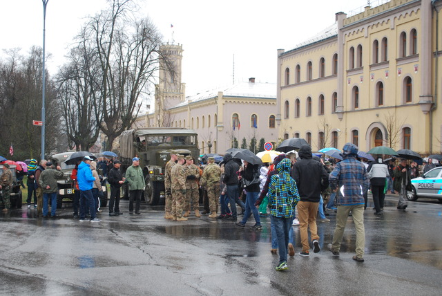 People waiting in front of Liberec barracks for the arrival of the main part of the American convoy
