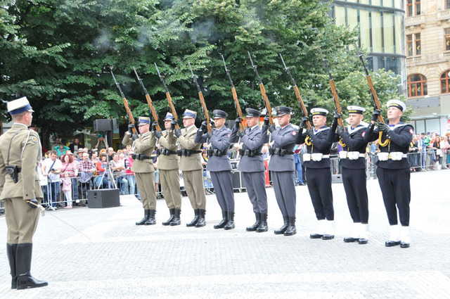 Soldiers of the Honour Guard of the Armed Forces of Poland, commanded by Lieutenant Marcin Chalinsky, surprising the audience with sudden rifle fire