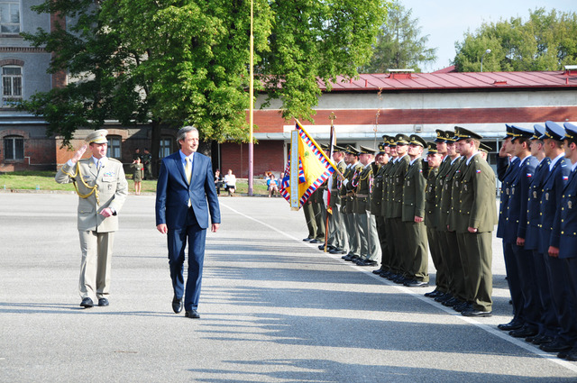 Minister of Defence inspects the graduates of the University of Defence in Brno