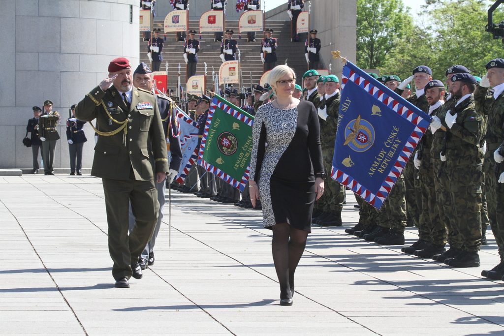 Czech soldiers and public pay homage to WW II fallen heroes