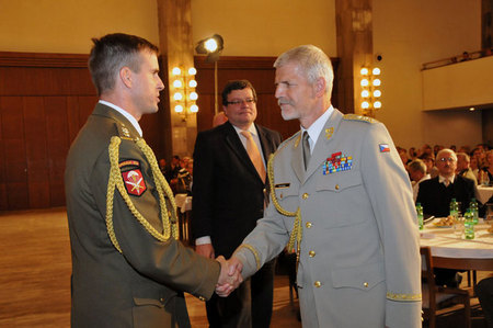 Commander of the 601st SFG Colonel Karel Rehka and Chief of the General Staff Lieutenant General Petr Pavel at the ceremony