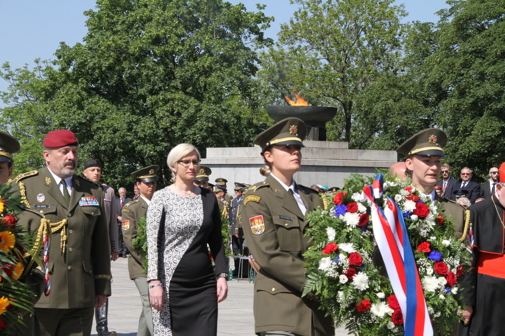 Minister Slechtova and General Opata laying a wreath in an act of reverence