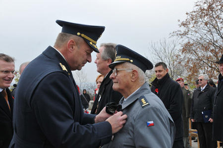 Chief of the General Staff General Vlastimil Picek hands over the ACR Honorary Badge to Colonel Ludevit Stefka