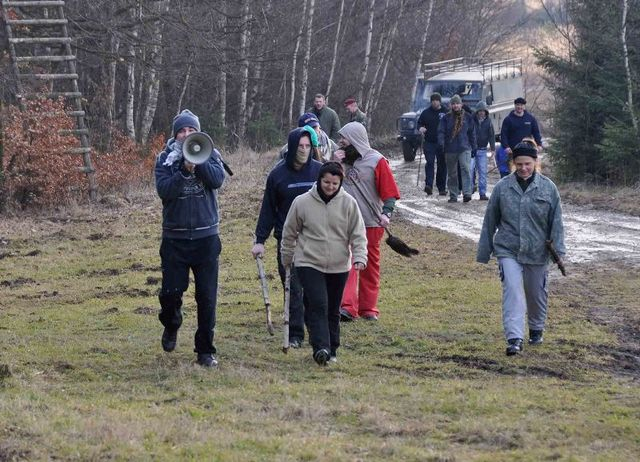 Protesters approach the base (simulation at the Brezina Military Training Area)
