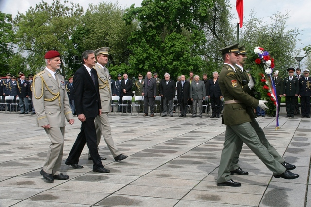 Laying wreaths at the National Memorial in Vitkov