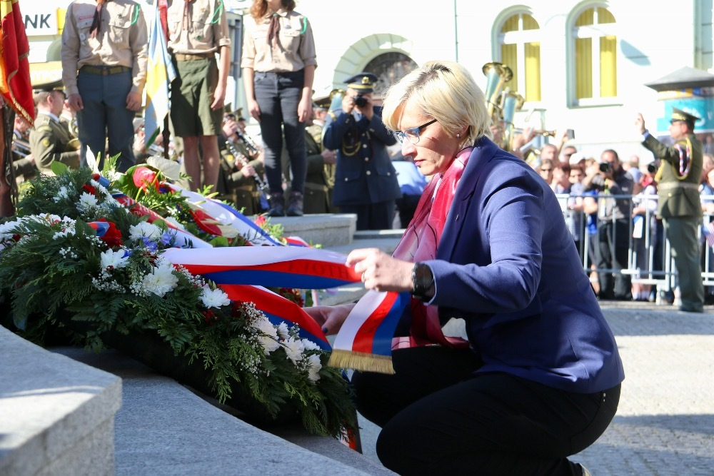 Minister Slechtova laying a wreath at the Thank You America Memorial in Pilsen (6th May)
