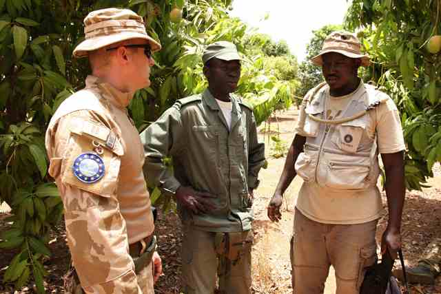 A Czech instructor and Malian commanders