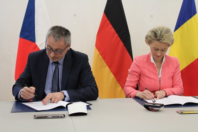 Martin Stropnicky and Ursula von der Leyen signing the Agreement
