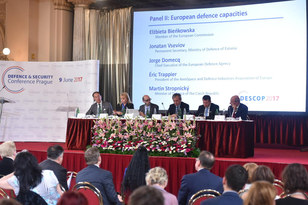 Jorge Domecq, Elzbieta Bienkowska, David Heszenhorn (moderator), Martin Stropnicky, Eric Trappier, Director of the European Defence Industry Association, and Jonatan Vseviov, Secretary of Estonian Minister of Defence