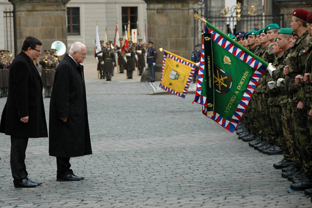 Minister Vondra and President Klaus pay homage to military standards of participating units