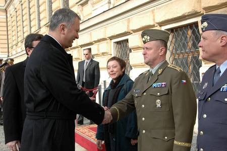 Capable Logistician 2013 planning: Dragan Sutanovac, Minister of Defence of Serbia, greets Major General Miroslav Zizka, 1st Deputy Chief of Czech General Staff in Prague (27 February 2012)