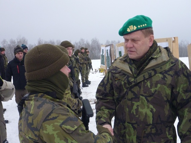 General Becvar congratulating the soldiers on results of live fire practicing