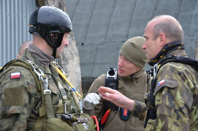 LT Tomas Stary and WO Miroslav Kmosek explaining to a Polish instructor the best way to use the Czech OVP 12 SL parachute