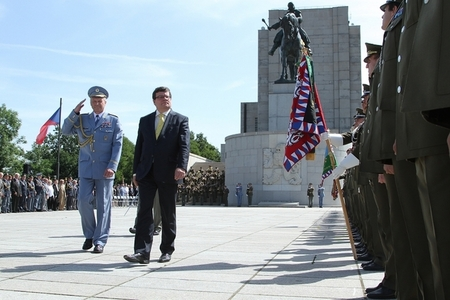 Outgoing Chief of the General Staff General Vlastimil Picek and Minister of Defence of the Czech Republic Alexandr Vondra at the ceremony