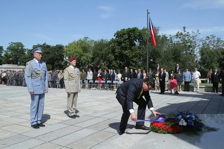 Minister Vondra, accompanied by General Picek and General Pavel, lays a wreath at the National Memorial in Prague-Vitkov