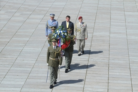 General Picek, Minister Vondra and General Pavel accompany a wreath of homage to the fallen